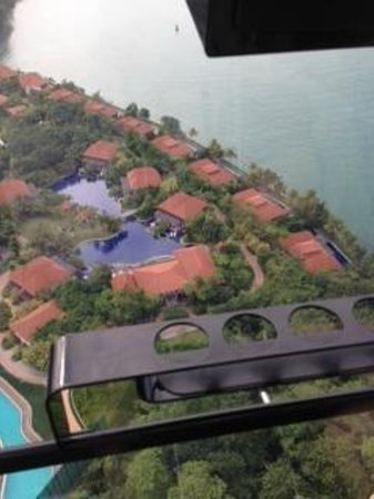 Resorts World Sentosa - Equarius Hotel : Pool next to beach villas from cable car