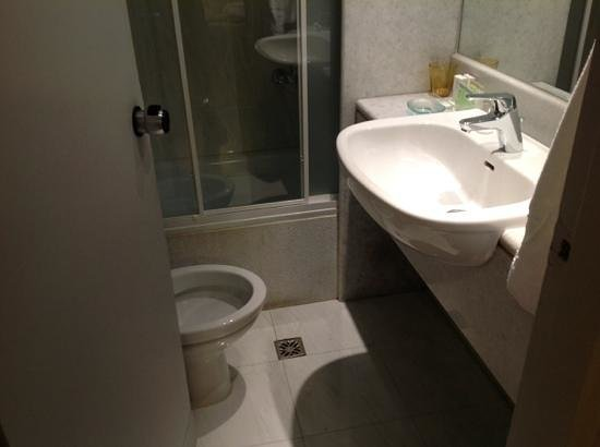 City Hotel Thessaloniki: Tiny WC