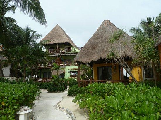 Mahekal Beach Resort: Unser Bungalow (rechts)