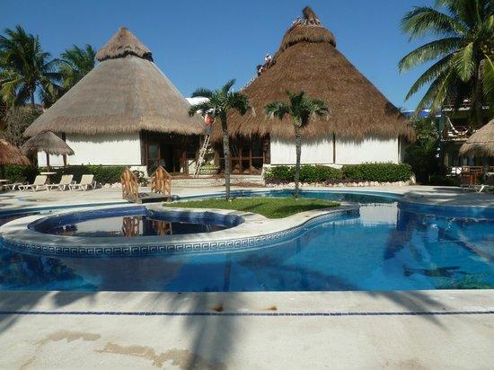 Mahekal Beach Resort: Pool am frühen Morgen