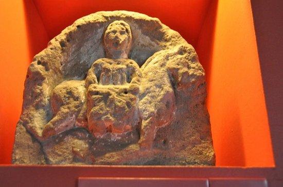 La Cour d'Or : Roman statue