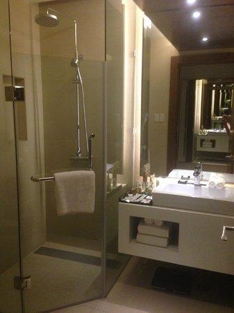 Bath room picture of best western plus lex cebu cebu for Best western bathrooms
