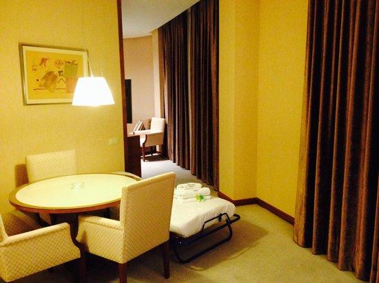 Sercotel Sorolla Palace Hotel: Salón / comedor habitación