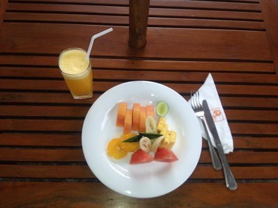 The Heritage Rest - Ambepussa: Fruit platter and orange juice