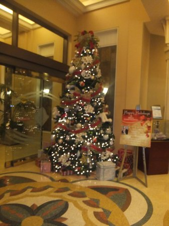 Hilton Grand Vacations on the Boulevard: christmas tree in foyer