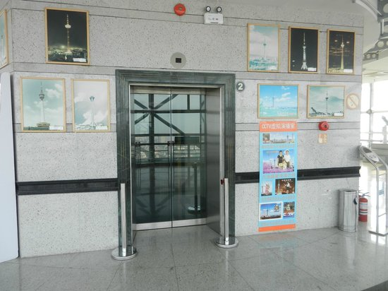 Dalian Sightseeing Tower: Лифт на смотровой площадке