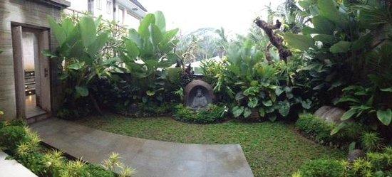 Jiwa Klusa Luxury Villa: cute little garden for our room
