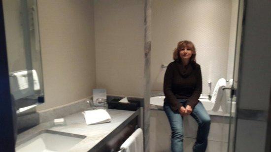 Conrad Istanbul Bosphorus: Bathroom, great shower