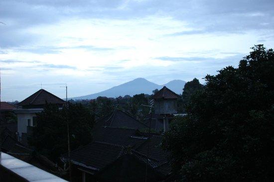 Sandat Bali: Abendlicher Ausblick auf die Berge auf dem Weg zum Bad (3. Stock)