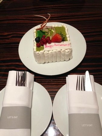 Renaissance Bangkok Ratchaprasong Hotel : Surprise anniversary cake in our room :-)