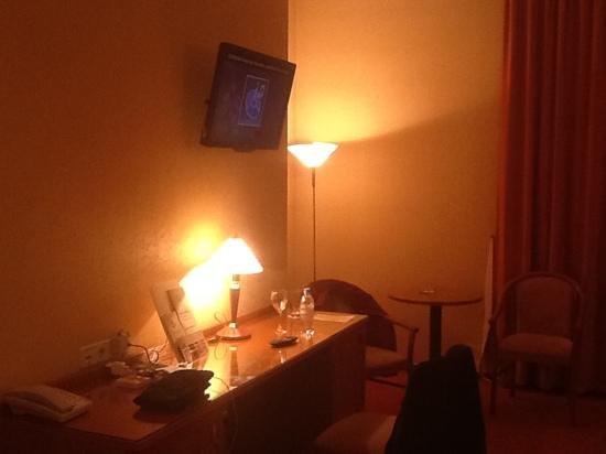 Tatiana Hotel: стол