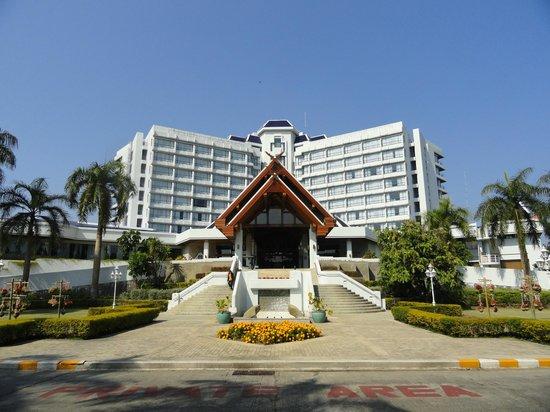 Dusit Island Resort Chiang Rai: Front entrance
