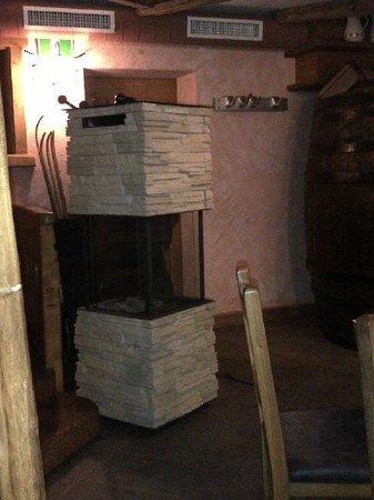 Keller Steak House: Incantevole stufa presente nella sala da pranzo :-)