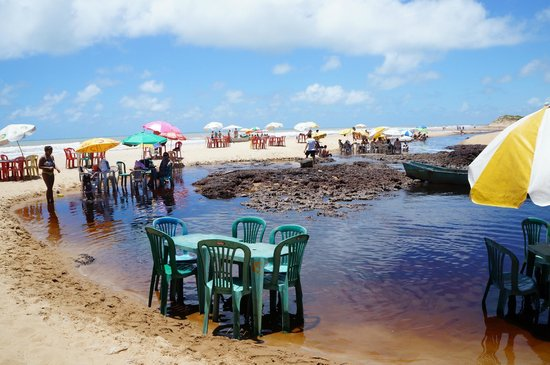 Itaunas, ES: Uma delícia ficar o dai todo nestas cadeiras dentro do rio. A água escura não é suja.