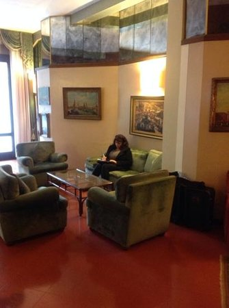 Le Boulevard Hotel: my better half relaxing on our departure