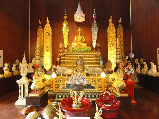 Wat Phra Kaeo (Temple of the Emerald Buddha): Inside