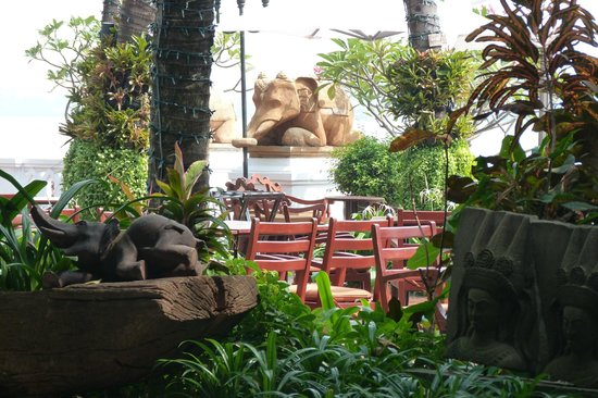 Anantara Riverside Bangkok Resort: Garden round the breakfast area