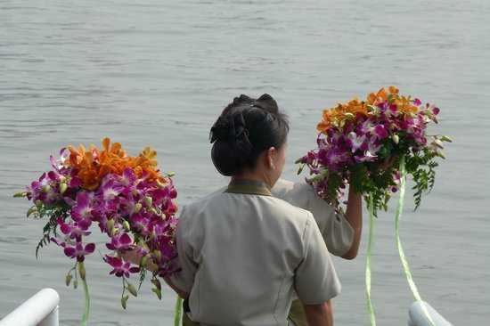 Anantara Riverside Bangkok Resort: Orchids to decorate a banquet meal (boat-dinner)