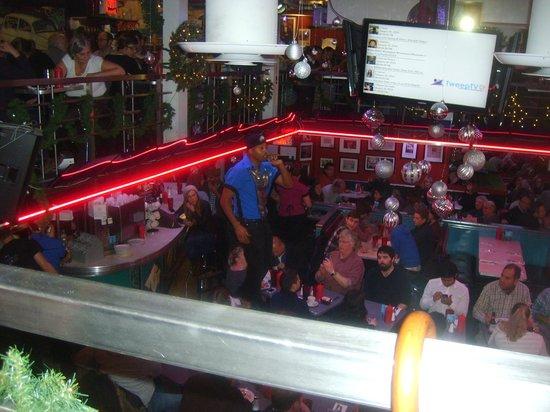 Ellen's Stardust Diner : Singer waiter