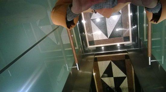 Derag Livinghotel Düsseldorf: Лифт с зеркальным потолком