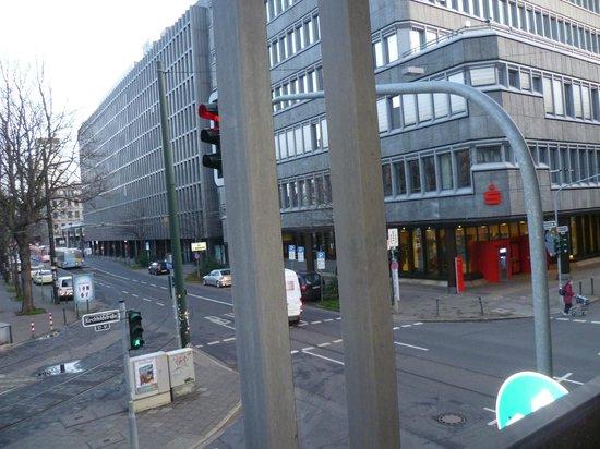 Derag Livinghotel Dusseldorf: Вид из номера на Фридрихштрассе