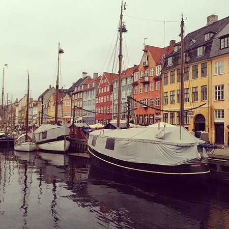 Nyhavn : colourful buildings by the harbour