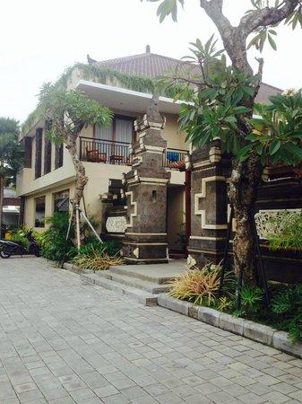D'Penjor Seminyak : The outside of resort from quite back street