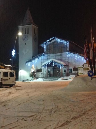 Jumeaux Hotel: Церквушка в начале улицы. Напротив нее - супермаркет.