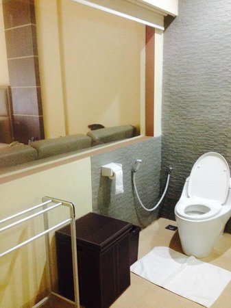 D'Penjor Seminyak : toilet with window looking into room- but has blind for privacy