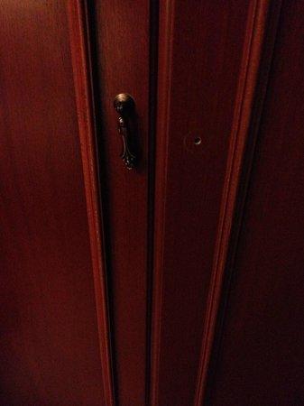 โรงแรมอิเพ็คปาลาส: Closet door