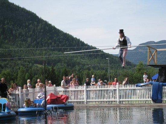 Lilleputthammer Amusement Park: Balansekunst av Malte Knapp