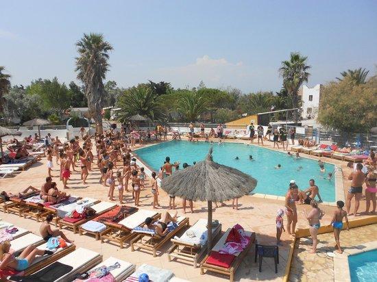 Vue de la piscine pendant les danses du soleil picture for Abri soleil club piscine