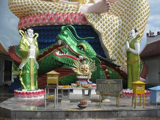 Wat Plai Laem : У подножия статуи