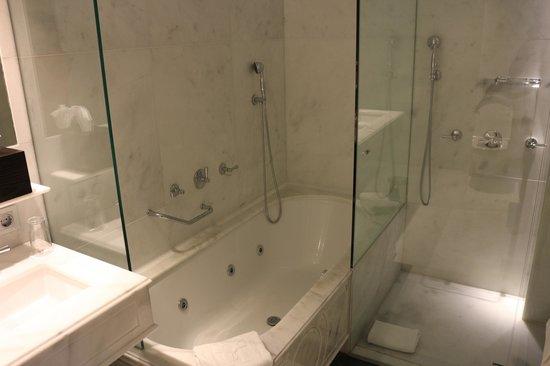 Majestic Hotel & Spa Barcelona: バスルーム