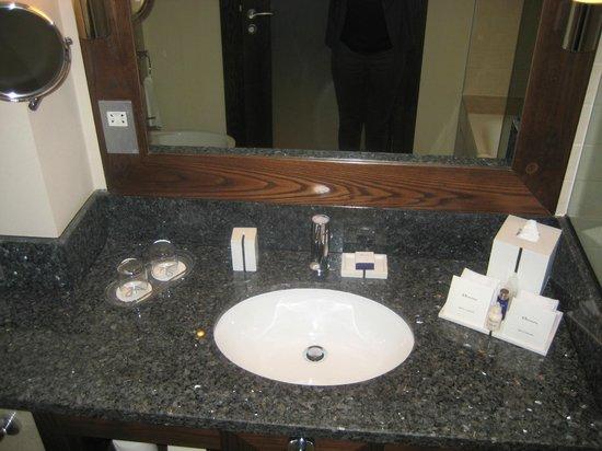 JA Ocean View Hotel: bathroom with elemis toiletries