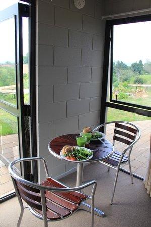 Waitomo Stays: Mesa com o nosso jantar