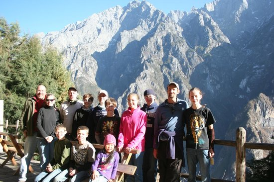 Halfway Guesthouse: Balcony area outside of dorm rooms overlooking Jade Dragon Mountains (Tiger Leaping Gorge below)
