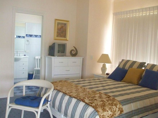 Whitby On Wallis : Downstairs Queen size bedroom and ensuite