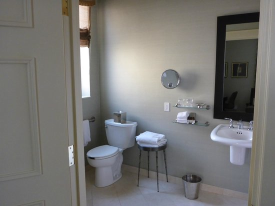 The Fairmont Palliser: Room 1 bathroom (wheelchair accessible)