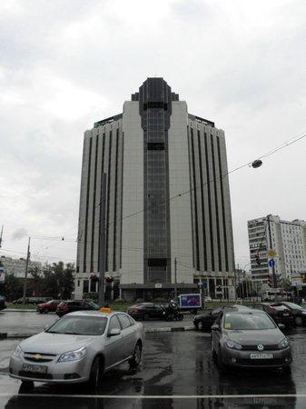 Holiday Inn Moscow Sokolniki : l'hotel dalla fermata metro