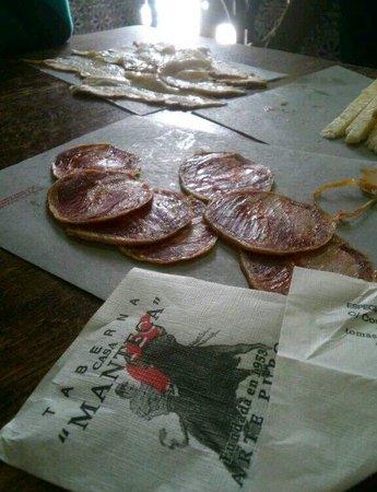 Taberna Casa Manteca: De tapeo, que bueno esta todo aqui!!! Un vinito y tu queso, tu lomo, tus chicharrones!!! q estan