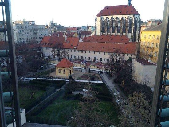 Franciscan Garden Apartments: Ausblick Wohnzimmer