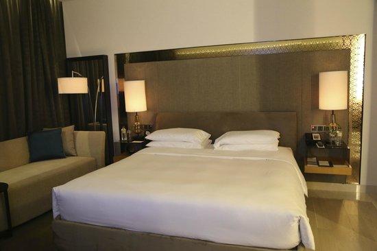 Park Hyatt Abu Dhabi Hotel & Villas : comfy bed, soft sheets, fresh smelling bedding