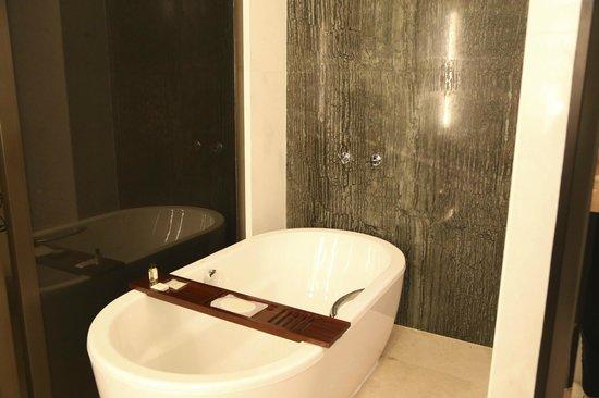 Park Hyatt Abu Dhabi Hotel & Villas: BIG tub!