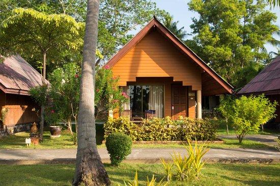 Kaw Kwang Beach Resort: En beachfront bungalow