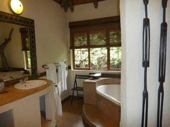 Moholoholo Forest Camp: Stilvoll bis ins Detail sind Bad und Wohnbereich.
