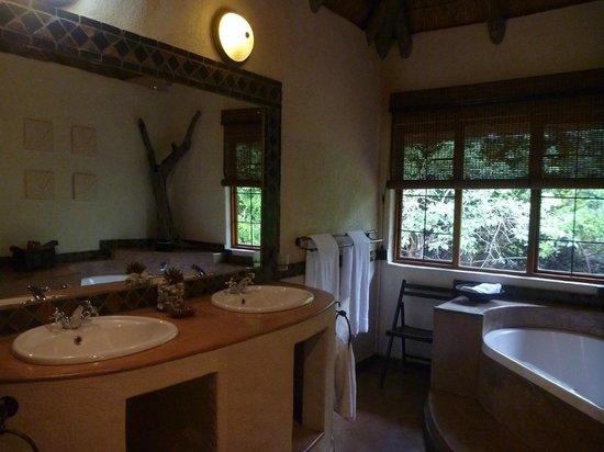 Moholoholo Forest Camp: Echt Toll: Das Bad Mit 2 Waschbecken, Einer Großen  Badewanne