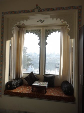 Hotel Mandiram Palace: comfortable window seats