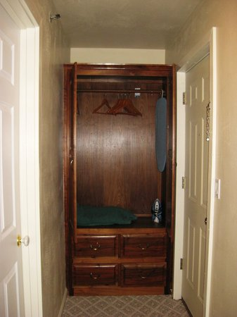 Heidi Motel: Bedroom Wardrobe