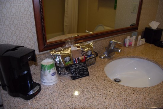 Hampton Inn and Suites - Dallas Allen : Coffee and tea in bathroom